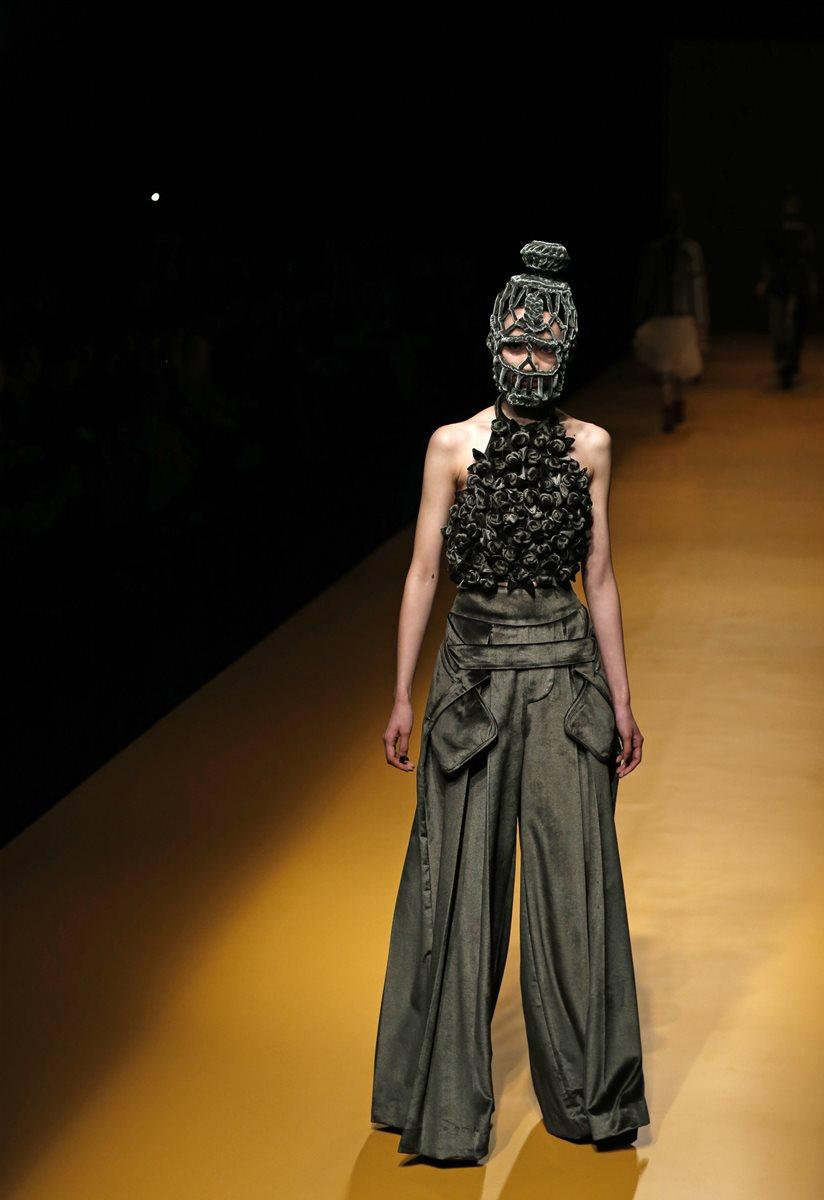 Diseño del modisto vietnamita Nguyen Cong Tri. (Foto Prensa Libre, AP)
