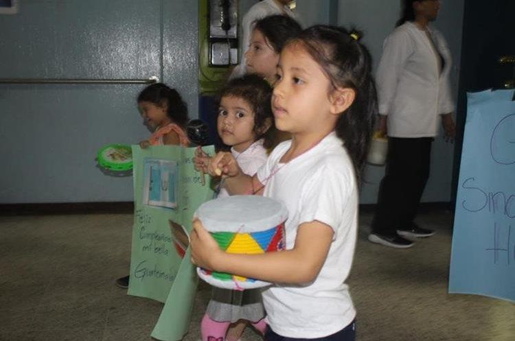 Los instrumentos musicales que los niños portaban, fueron donación de los empleos del hospital. (Foto Prensa Libre: Hospital San Juan de Dios)