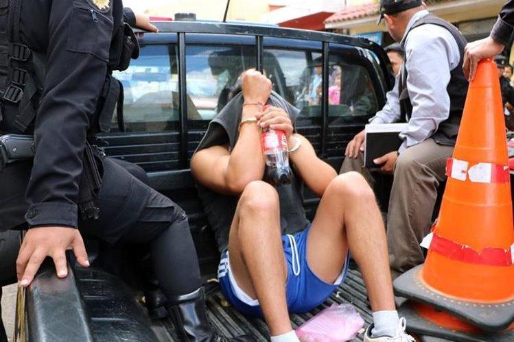 Adolescentes han sido detenidos debido a escándalos en la vía pública bajo efecto de licor o drogas. (Foto Prensa Libre: Carlos Ventura)