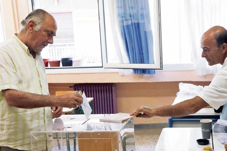 """Griegos durante la votación del referendo del domingo, en que triunfó el """"No""""."""