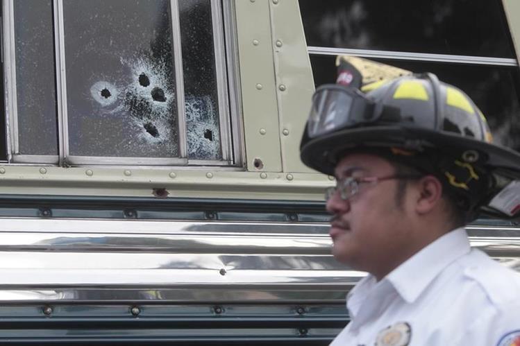 El autobús de Transportes Zanaratecos fue atacado a balazos en el kilómetro 9 de la ruta al Atlántico. (Foto Prensa Libre: Hemeroteca PL)