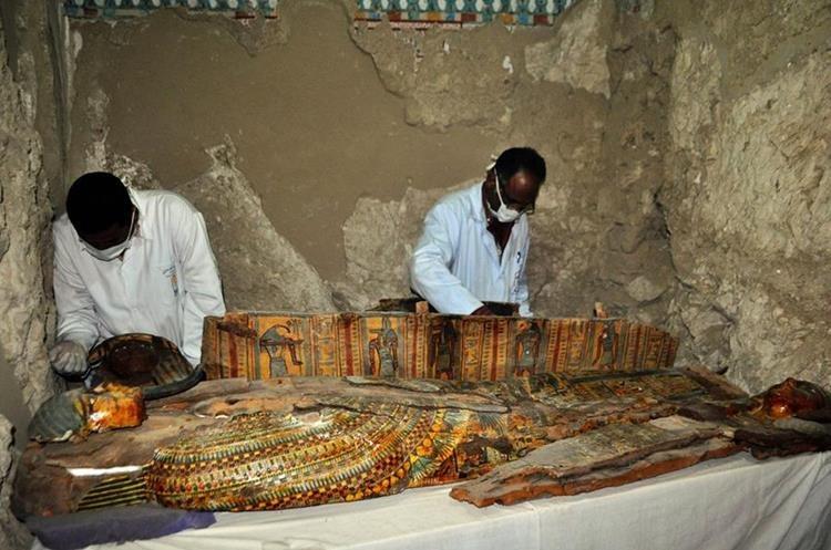 Al menos unas mil estatuillas funerarias fueron halladas en la tumba. (Foto Prensa Libre: AFP)