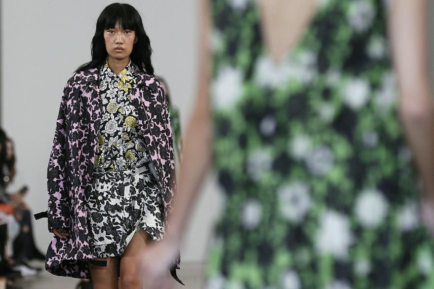 Una modelo presenta los diseños primavera/verano 2017 de la colección Ready to Wear. (Foto Prensa Libre: EFE)