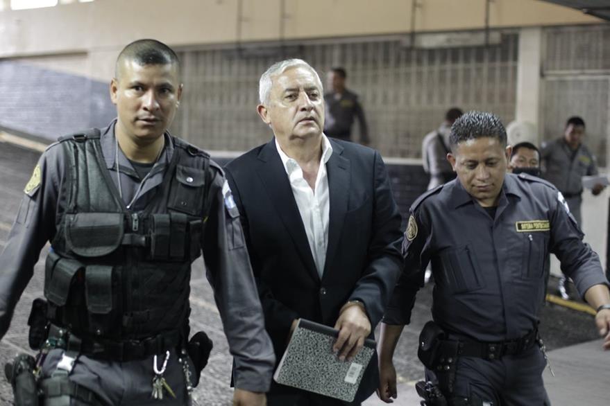 Otto PéŽrez Molina implicado en el caso de Cooptaci—ón del Estado llega a Torre de Tribunales. (Foto Prensa Libre: Edwin Berci‡án)