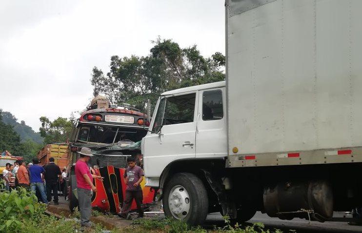 Accidente entre autobús y camión causó 19 heridos entre Reu y Xela. (Foto Prensa Libre: Cortesía Cruz Roja)
