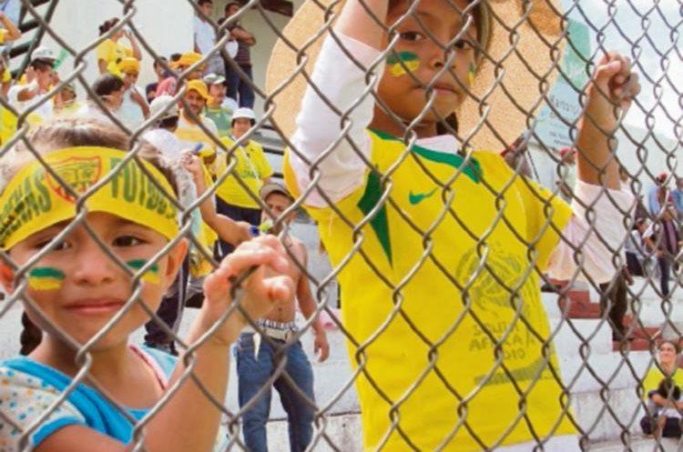 Aficionados de Bárcena pintaron de amarillo el estadio Pensativo, donde se jugó el partido ayer.