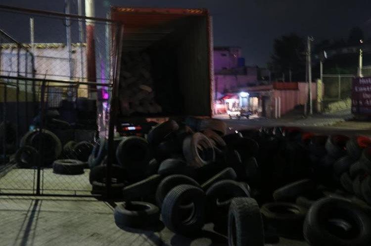 Furgón con llantas incautado por la PNC. Había sido robado la mañana del sábado en Escuintla y horas después fue localizado en Xela. (Foto Prensa Libre: María José Longo)