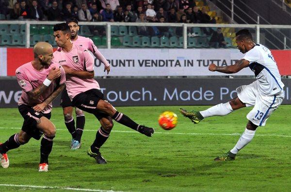 Fredy Guarín del Inter de Milán saca potente remate ante los defensas del Palermo (Foto Prensa Libre: AP)