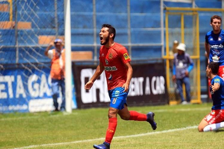 Cristian Jiménez festeja luego de anotar el segundo gol de los rojos. (Foto Prensa Libre: Carlos Vicente)