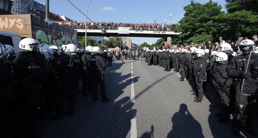 Policías vigilan protesta en hamburgo. (Foto Prensa Libre: EFE)