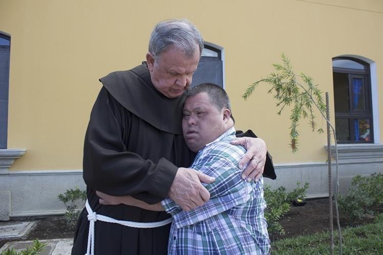 Fray Guillermo Bonilla abraza a uno de los pacientes del Hogar Virgen del Socorro, en San Juan del Obispo, Antigua Guatemala. (Foto Prensa Libre: Julio Sicán)