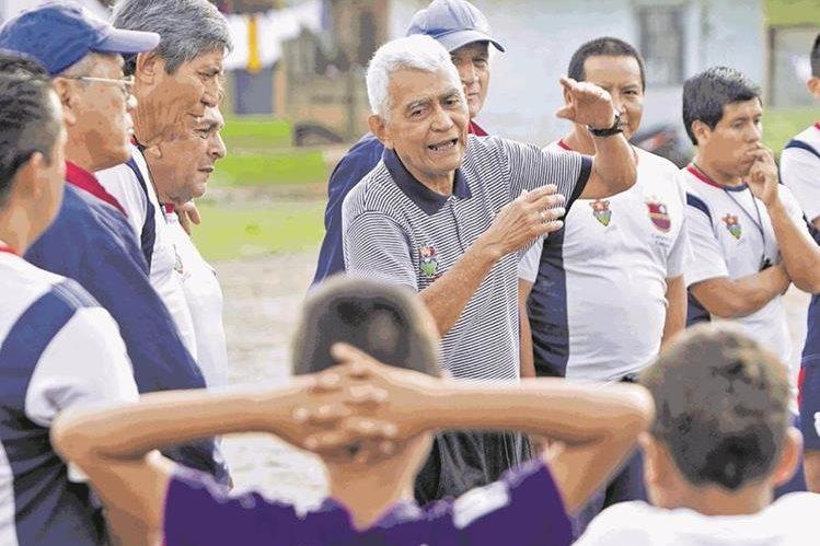 El exjugador de Municipal, Julio César Anderson, estuvo de visita en el país para darse cita a los campos de futbol de la colonia Sakerty, donde funciona la academia de la Fundación Rojos del 74 (Foto Prensa Libre: Norvin Mendoza)