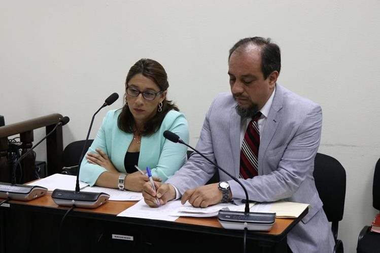 Claudia Ávila junto con su abogado defensor, Carlos Calderón, durante la audiencia judicial. (Foto Prensa Libre: María José Longo)