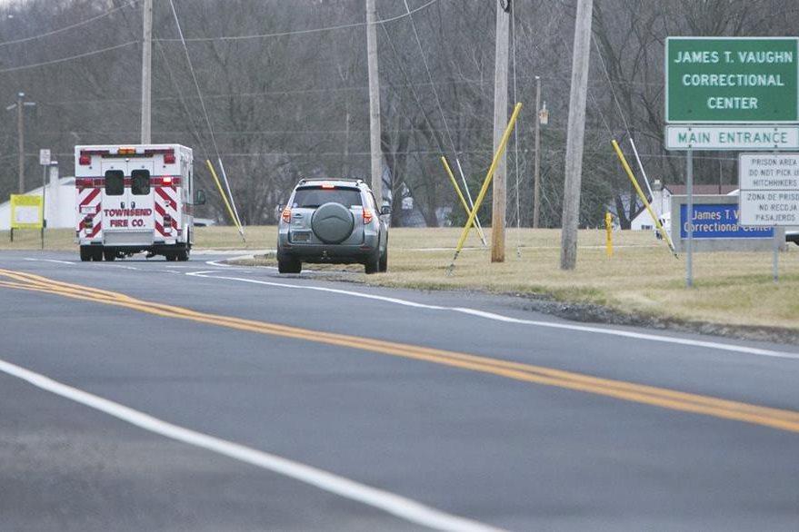 Vehículos de emergencia llegan al Centro Correccional Vaughn cerca de Smyrna, Delaware.(AP)