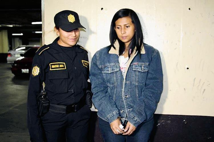 Una mujer de origen panameño fue detenida en el Aeropuerto Internacional La Aurora con US$42 mil 552. (Foto Prensa Libre: PNC)