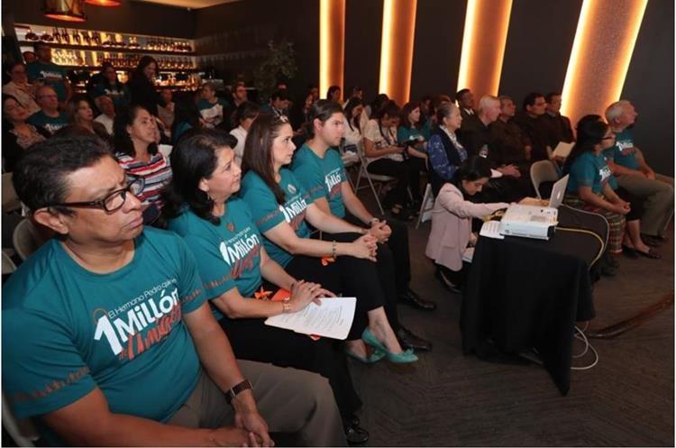 Colaboradores y bienhechores de las Obras Sociales del Santo Hermano Pedro participan en el lanzamiento de la rifa 1 millón de amigos. (Foto Prensa Libre: Oscar Rivas)