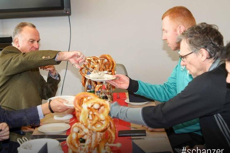 Los jugadores y directivos del Ingolstadt disfrutan de las salchichas regaladas por el Bayern Múnich. (Foto Prensa Libre: Twitter)
