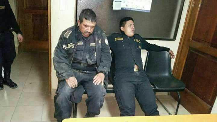 Agentes de PNC detenidos en estado de ebriedad. (Foto Prensa Libre: PNC).