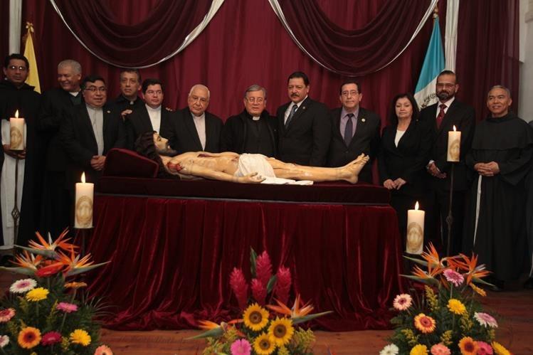 Autoridades de la iglesia católica junto al equipo restaurador del Idahe, en la ceremonia de entrega de la imagen del Señor Sepultado de El Calvario, zona 1 de la capital de Guatemala. (Foto Prensa Libre: Edwin Castro)