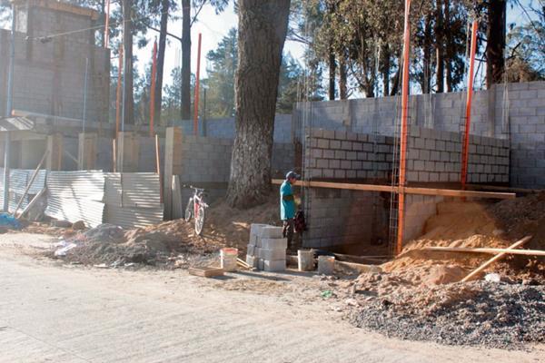 Una de  las áreas donde se construyen locales comerciales a   un costado del Zoológico Minerva, en Quetzaltenango.
