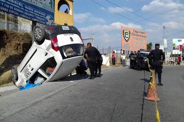 Taxi atacado a balazos en ruta a Ciudad Quetzal. Foto Prensa Libre: Prensa Ciudad Quetzal.