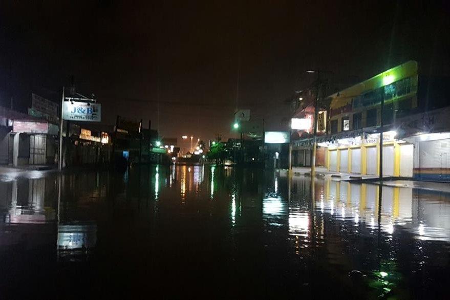 Calles del área central de Puerto Barrios han quedado anegadas debido a la lluvia de las últimas horas. (Foto Prensa Libre: Dony Stewart)