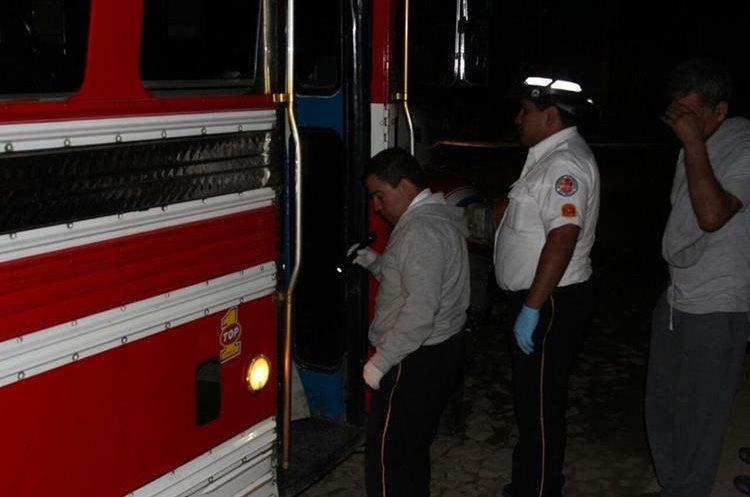 El bus quedo en uno de los callejones de San Bartolomé Becerra, Antigua Guatemala. (Foto Prensa Libre: Renato Melgar)