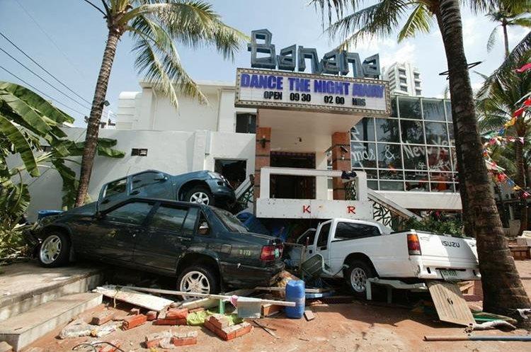 Las olas arrastraron decenas de vehículos y dañaron casas y edificios. (Foto: AP)