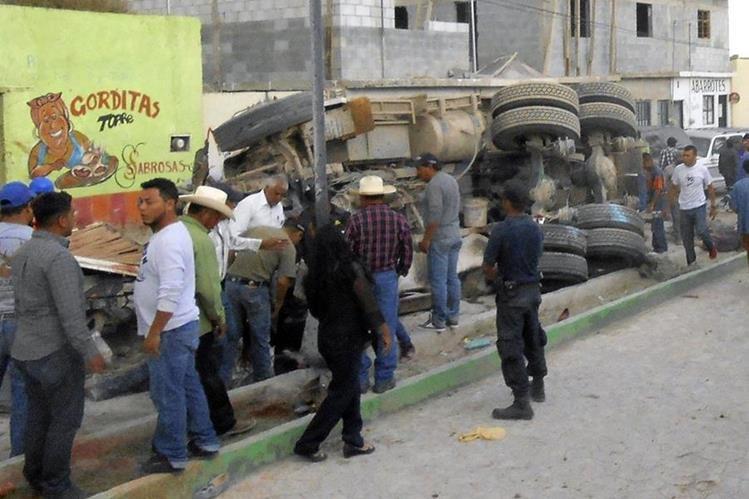 Un grupo de personas permanecen alrededor del camión que provocó las 28 muertes en Mazapil, Zacatecas. (Foto Prensa Libre: AFP).