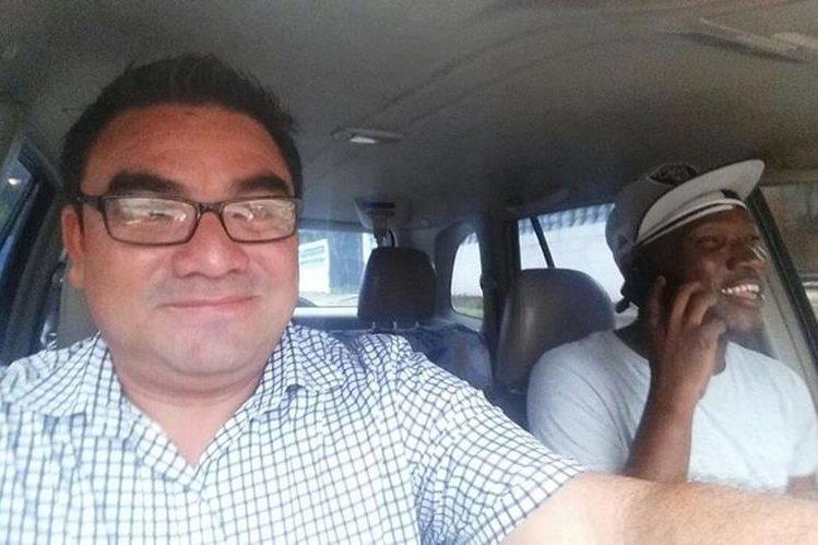 El periodista Cristian Soto entrevista a Marvin Ávila mientras realiza un recorrido de su casa al estadio Carlos Salazar hijo. (Foto Prensa Libre: Cristian Soto)