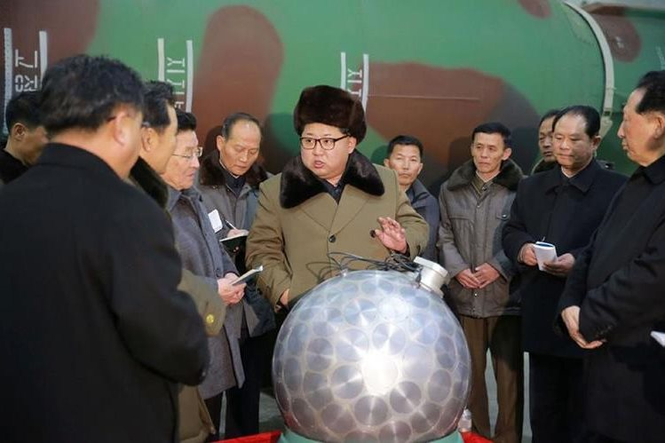 Kim Jong-Un junto a un grupo de científicos, muestra el supuesto nuevo hallazgo. (Foto Prensa Libre: AFP).