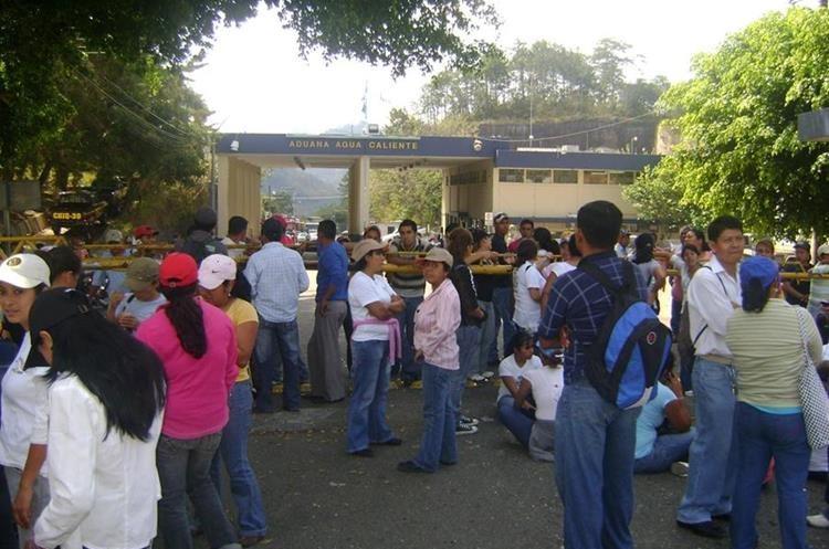 En frontera Agua Caliente, los docentes impidieron la circulación de vehículos. (Foto Prensa Libre: Mario Morales)