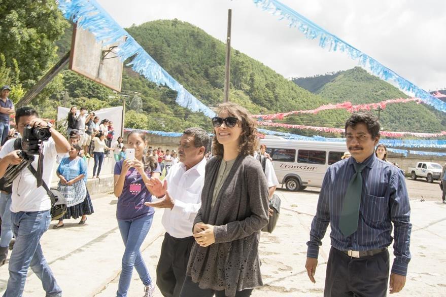 La artista arriba a la Escuela José Maria Bonilla Ruano, donde entregó computadoras. (Foto Prensa Libre: Carlos Grave)