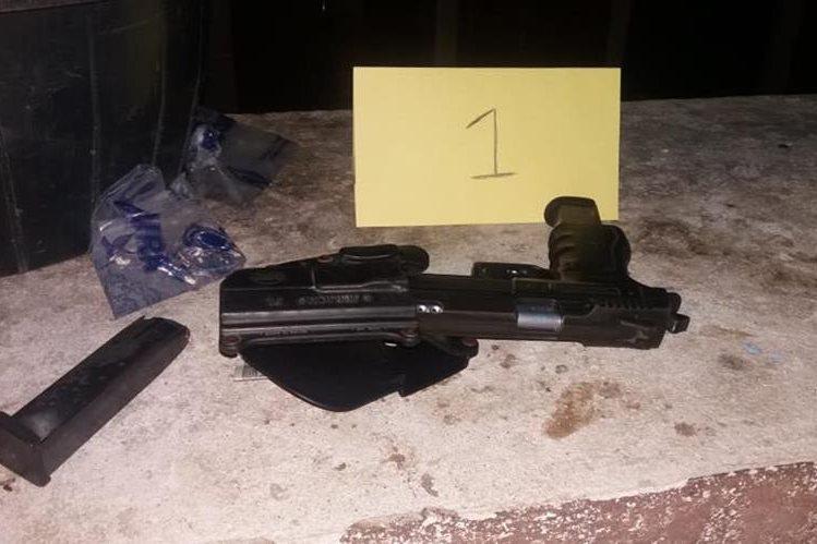 En uno de los inmuebles allanados en Retalhuleu se localizaron armas de fuego y presunta droga. (Foto Prensa Libre: Cortesía)