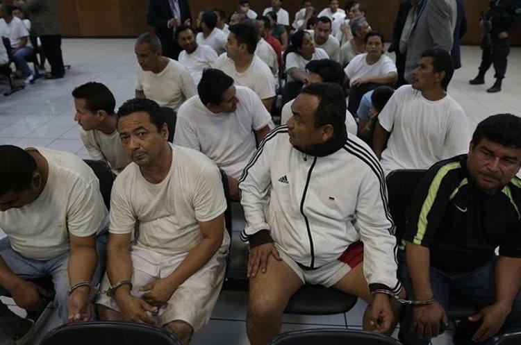 Integrantes de una estructura de lavado de dinero de la Mara Salvatrucha asisten a una audiencia en un juzgado de San Salvador.(EFE).