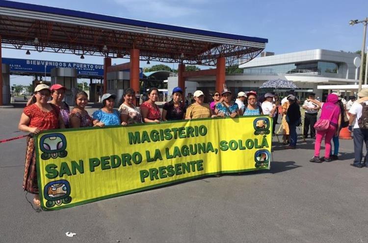 Maestros de Sololá  protestan en Puerto Quetzal