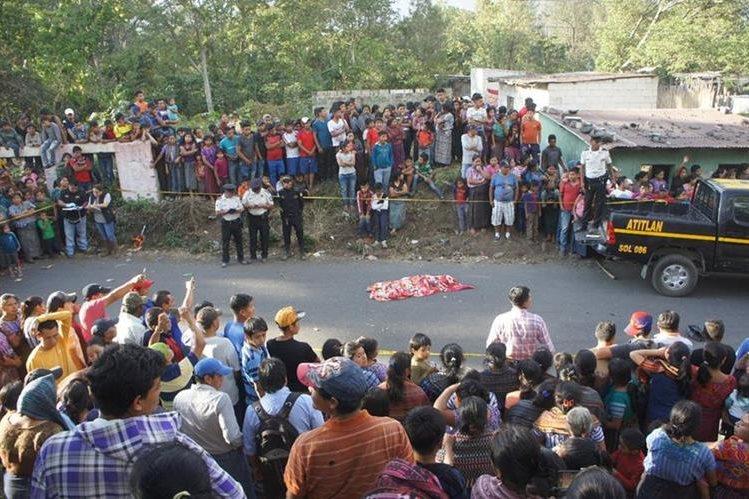 José Miguel Chiviliu Yataz murió arrollado en el cantón Panabaj, Santiago Atitlán, Sololá. (Foto Prensa Libre: Ángel Julajuj)