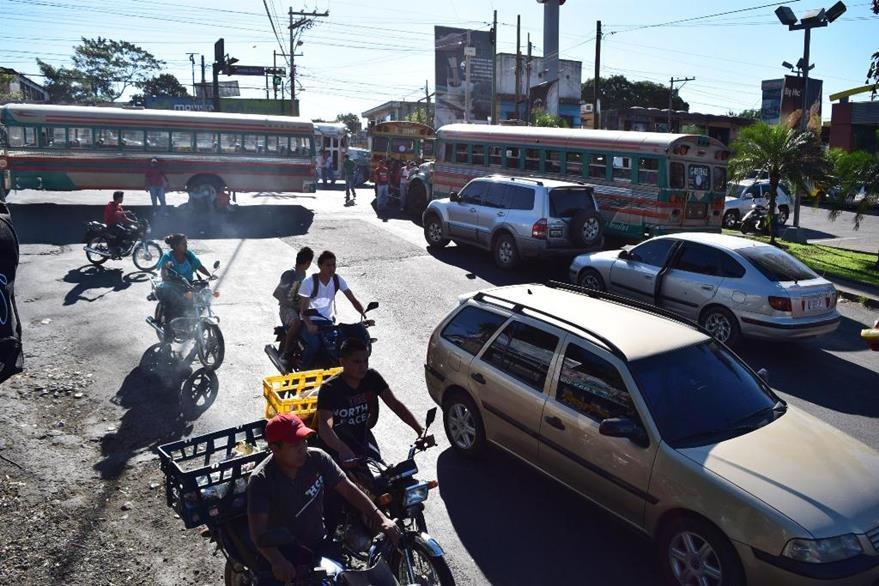 Pilotos protestan en uno de los accesos a la ciudad de Escuintla. (Foto Prensa Libre: Enrique Paredes).