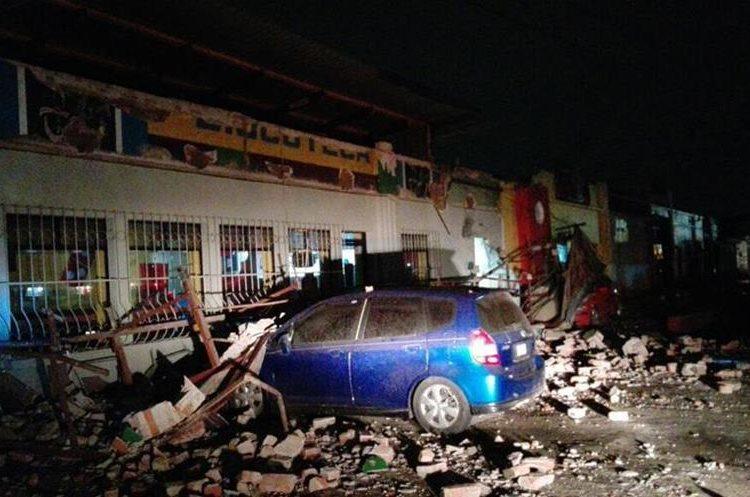 Dos vehículos quedaron bajo los escombros en Quetzaltenango.
