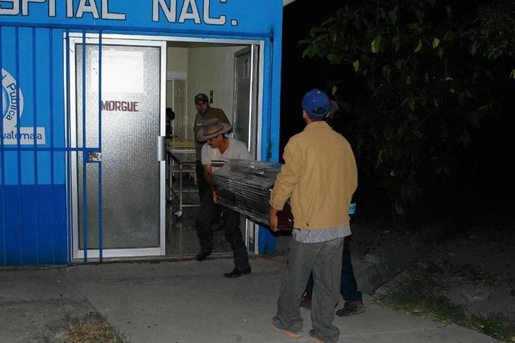 Familiares de Marvin Villatoro Hernández trasladan su cadáver de la morgue de Guastatoya. (Foto Prensa Libre: Hugo Oliva)