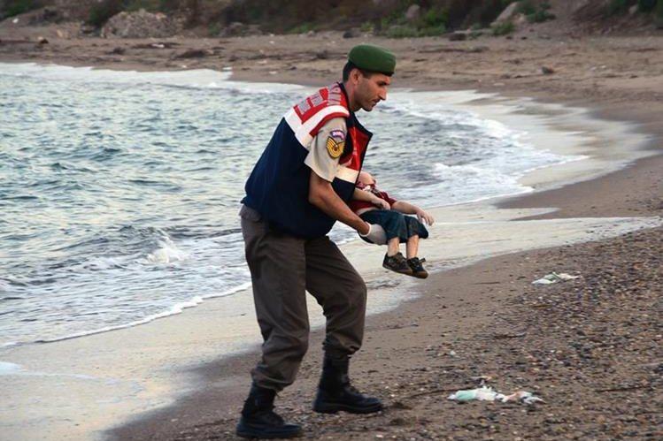 El policía Mehmet Ciplak dijo que la escena lo marcó para siempre. (Foto Prensa Libre: AP)
