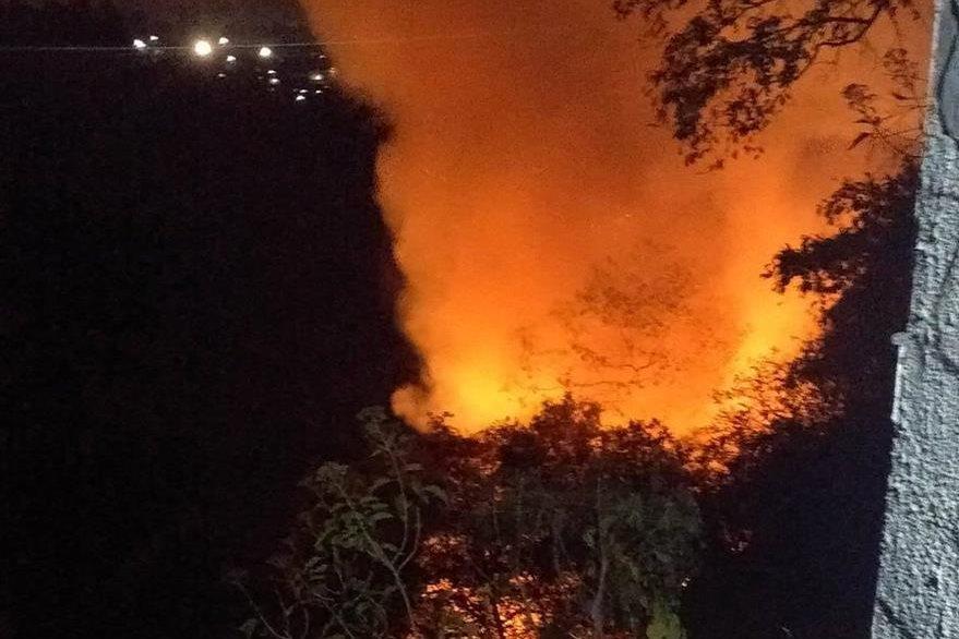 Las llamas del siniestro podían observarse desde la 20 calle de la zona 10. (Foto: Cortesía Cristian Marroquín)