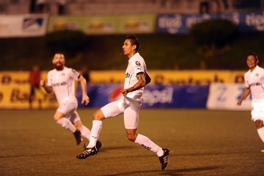 Jorge Aparicio, festeja tras marcar el 1-0 de los cremas ante la Usac, en el Cementos Progreso. (Foto Prensa Libre: Francisco Sánchez)