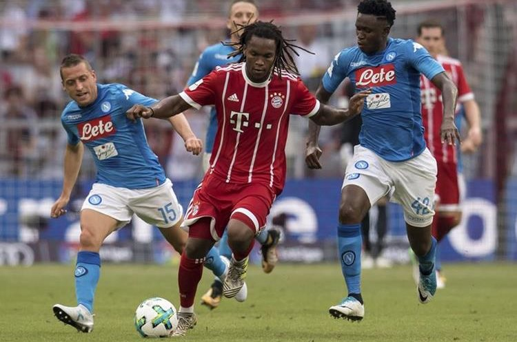 El portugués Renato Sánches intenta dominar el balón ante la presión de Emanuele Giaccherini y Amadou Diawara. (Foto Prensa Libre: AP)