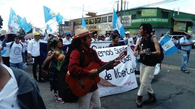 La cantautora guatemalteca Sara Curruchich se sumó a la marcha del #Paro Nacional. (Foto Prensa Libre: Cortesía Movimiento Culturas Vivas)
