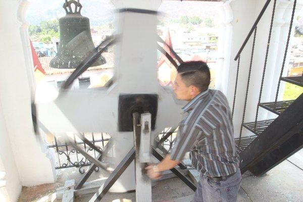 La matraca se toca a la salida del Santo Entierro de San Felipe, Antigua Guatemala. (Foto: Hemeroteca PL)