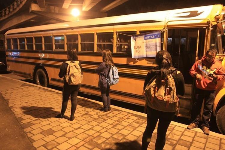 Estudiantes sancarlistas esperan bus en las afueras de la Usac. (Foto Prensa Libre: Esbin García)
