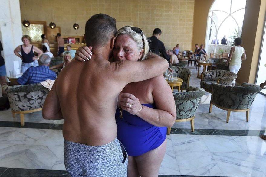 """Dos turistas se consuelan en el hotel mallorquín """"Imperial Marhaba"""" tras el horror vivido. (Foto Prensa Libre: EFE)."""