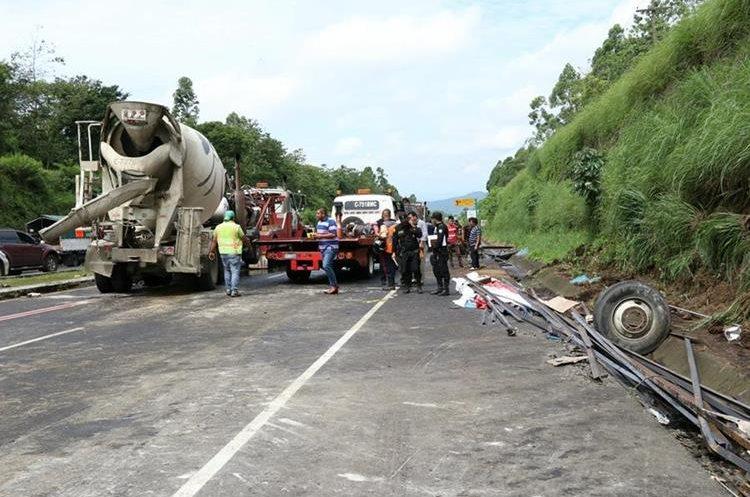 La ruta estuvo bloqueada por varias horas, por lo que se habilitó un carril reversible. (Foto Prensa Libre: Enrique Paredes)