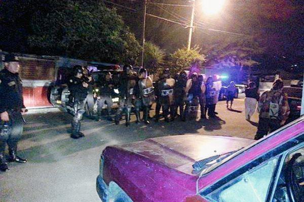 Las fuerzas antimotines tuvieron que resguardar la salida de los jugadores de Achik (Foto Prensa Libre: Twitter GuateMotivate)